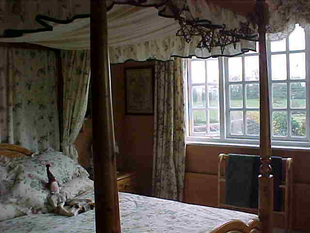 Amber Bedroom 3 - Accommodation in Tiverton